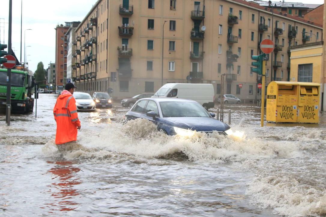 Diluvio su Milano, esonda il Seveso: strade come fiumi