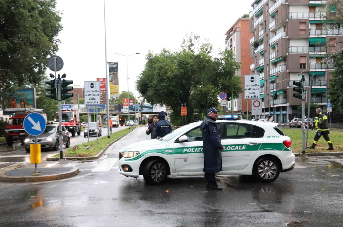Milano dopo il nubifragio, le strade invase da fango e melma