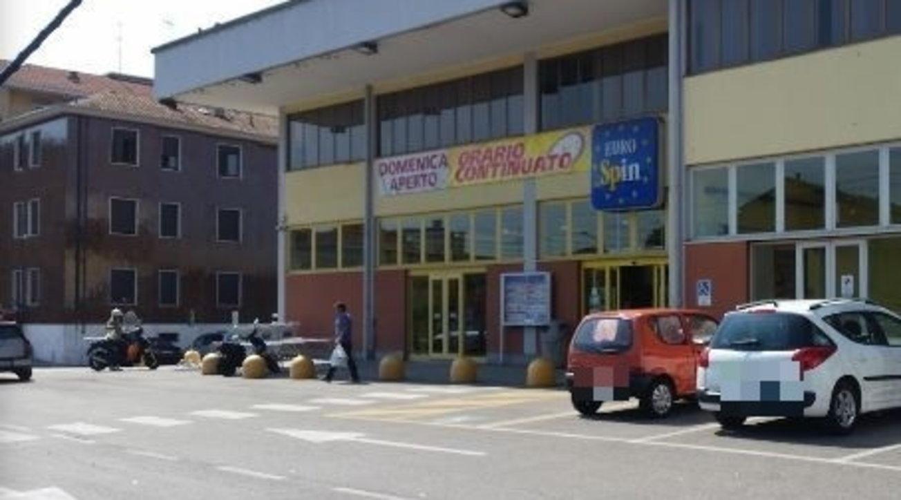 Sparatoria in un supermercato nel Milanese, colpita di striscio una bimba di 4 anni thumbnail