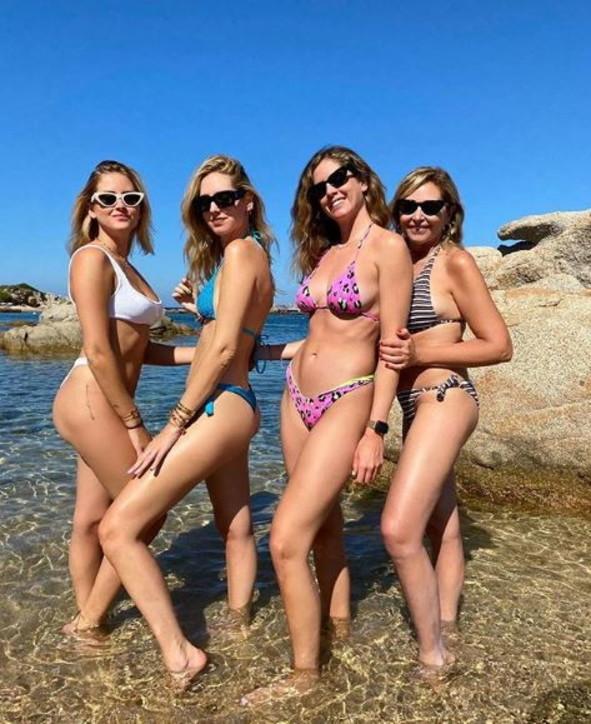 Le sorelle Ferragni in vacanza con la mamma: in bikini sono una più bella dell'altra