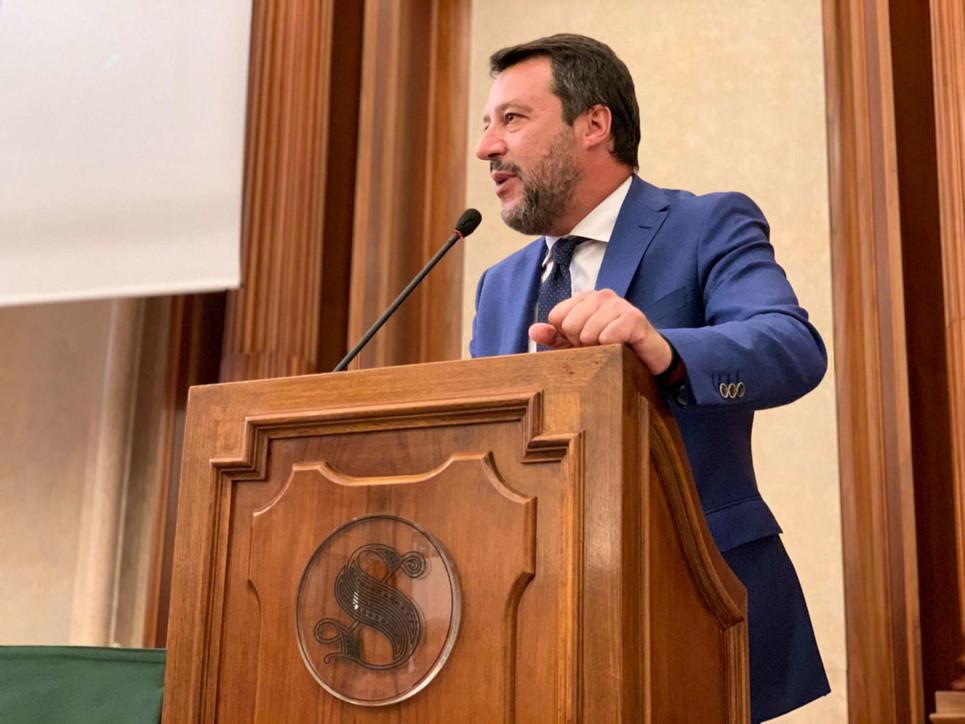 """Convegno """"negazionisti"""" del Covid19, Salvini senza mascherina"""