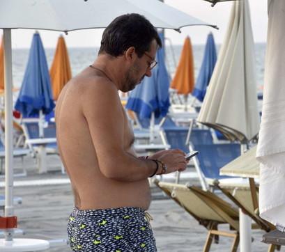 Un bagno in mare per consolarsi: Salvini al Papeete Beach dopo il voto in Senato