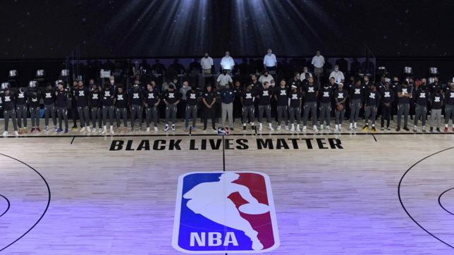 Riparte la stagione della Nba, giocatori in ginocchio all'inno contro il razzismo