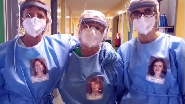 Oltre la mascherina: sulle tute anti-Covid compaiono i ritratti dei sanitari della Rianimazione di Piacenza