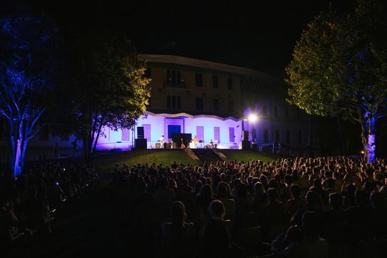 """Francesca Michielinapre i suoi """"Spazi sonori"""" dal lago di Garda"""