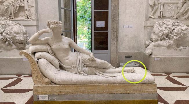 Treviso, turista austriaco danneggia una statua del Canova per farsi un selfie