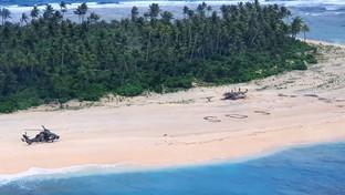 Marinai dispersi ritrovati grazie ad un gigante SOS sulla sabbia