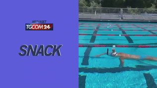Usa, l'impresa della nuotatrice: 50 metri a stile libero con un bicchiere di latte sulla testa