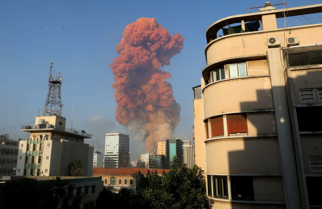 Libano, due potenti esplosioni devastano il porto di Beirut