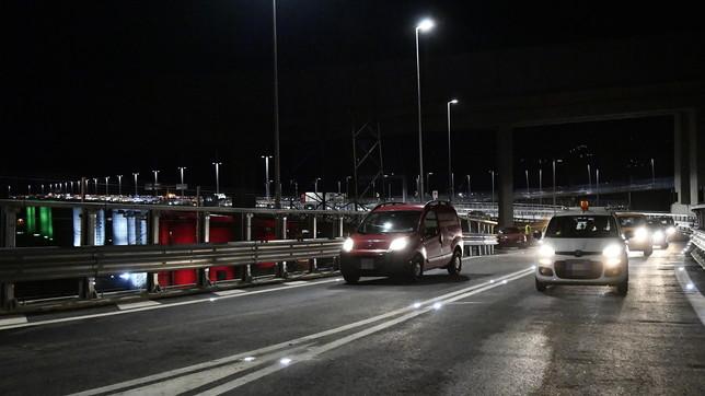 Genova, le prime auto sul Ponte San Giorgio aperto al traffico