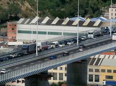 Ponte San Giorgio, automobilisti rallentano per fare foto: lunghe code