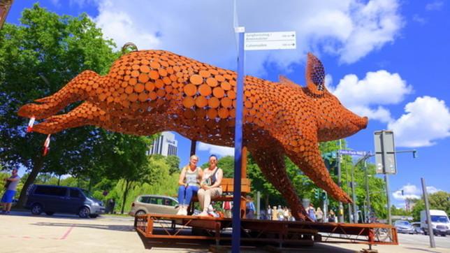 Ad Amburgo arriva il maiale gigante contro gli allevamenti in gabbia