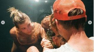 """Justin Bieber e HaileyBaldwin si sono fatti battezzare in barca e in costume da bagno: """"Confidiamo in Gesù"""""""
