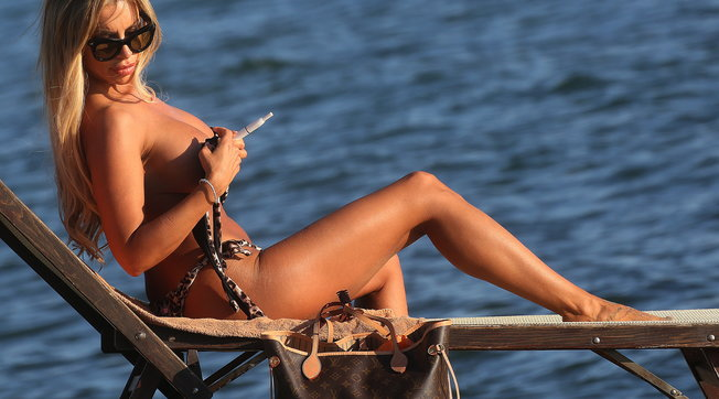 L'ex gieffina Veronica Grafregala un topless da capogiro