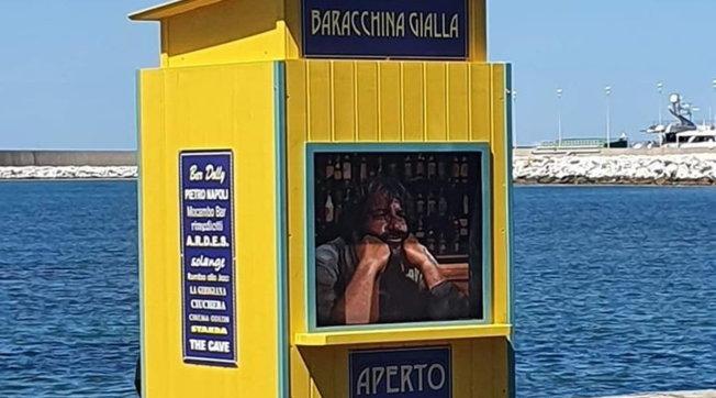 """Livorno, spunta una """"baracchina gialla"""" al posto della statua di Bud Spencer"""
