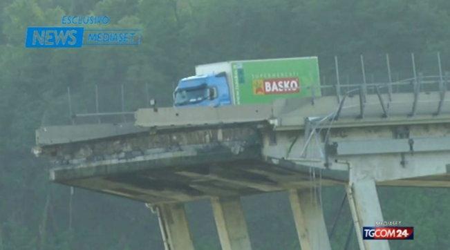Ponte Morandi, il camion simbolo del crollo donato al Comune di Genova