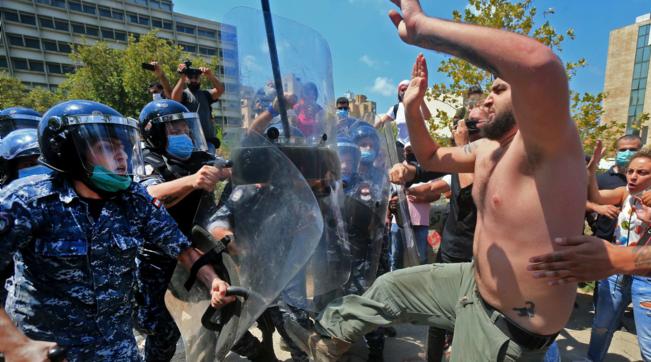 Beirut: scontri tra manifestanti e polizia | Tra i 16 arresti c'è anche il direttore del porto