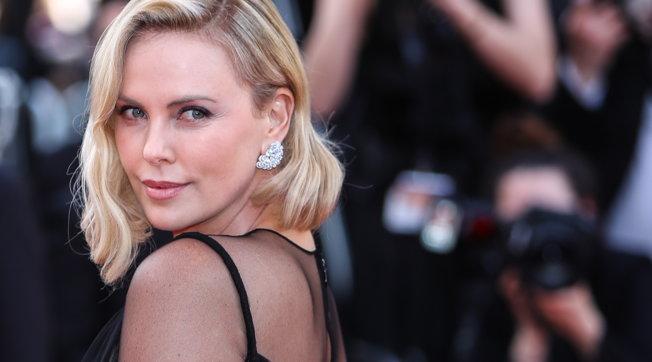 Successo e stile: i 45 anni di Charlize Theron traruoli memorabili e look mozzafiato