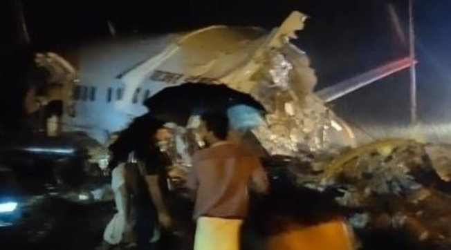 India, aereo si schianta in fase di atterraggio: 20 morti e 140 feriti tra i 191 a bordo | Video