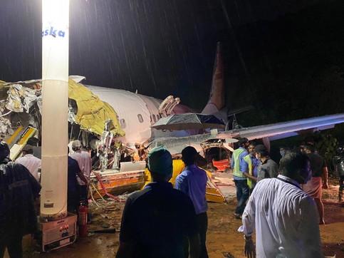 India, aereo si schianta in fase di atterraggio: vittime