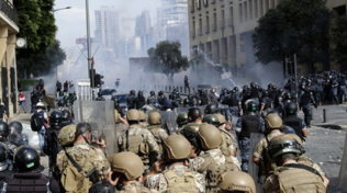 Esplosione a Beirut, proteste anti-governative: polizia spara lacrimogeni