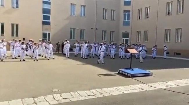"""Grande imbarazzo per il """"balletto dei marinai"""", la tenente rischia la sanzione disciplinare"""