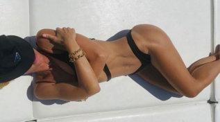 Ilary Blasi da capogiro, fisico al top in barca