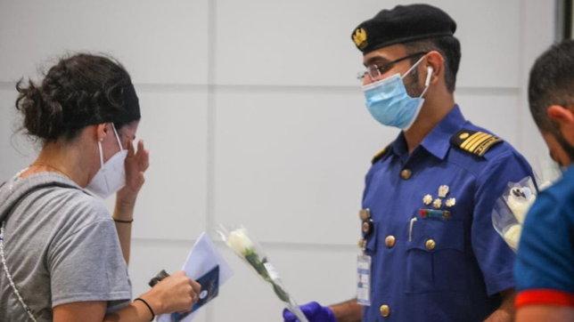 Esplosioni a Beirut, una rosa bianca di benvenuto ai libanesi atterrati all'aeroporto di Dubai