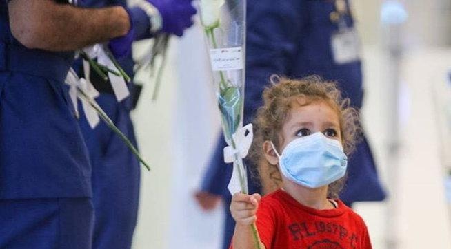 Una rosa bianca di benvenuto ai libanesi atterrati all'aeroporto di Dubai | Guarda le foto
