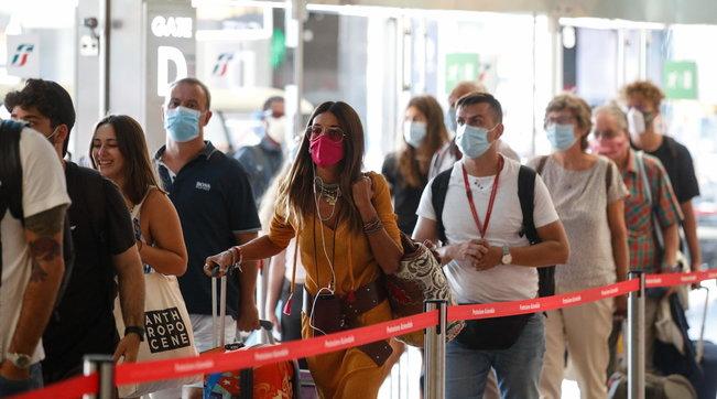 La curva del contagio torna a salire: 463 nuovi casi in Italia | Due vittime, è il minimo storico da febbraio | Mappa e grafici