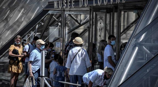 Covid-19: da oggi mascherine all'aperto obbligatorie a Parigi | In Australia picco di vittime | La Libia in lockdown