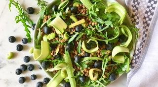 Insalata di lenticchie, zucchine, rucola e mirtilli