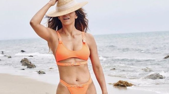 """Halle Berry è ancora una sexy Bond Girl, in bikini arancione come in """"La morte può attendere"""""""