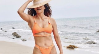 """Halle Berry è ancora una sexy Bond Girl: in bikini arancione come in """"La morte può attendere"""""""