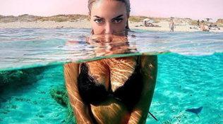 Elena Morali, relax in Sardegna con le amiche e Favoloso... nel cuore