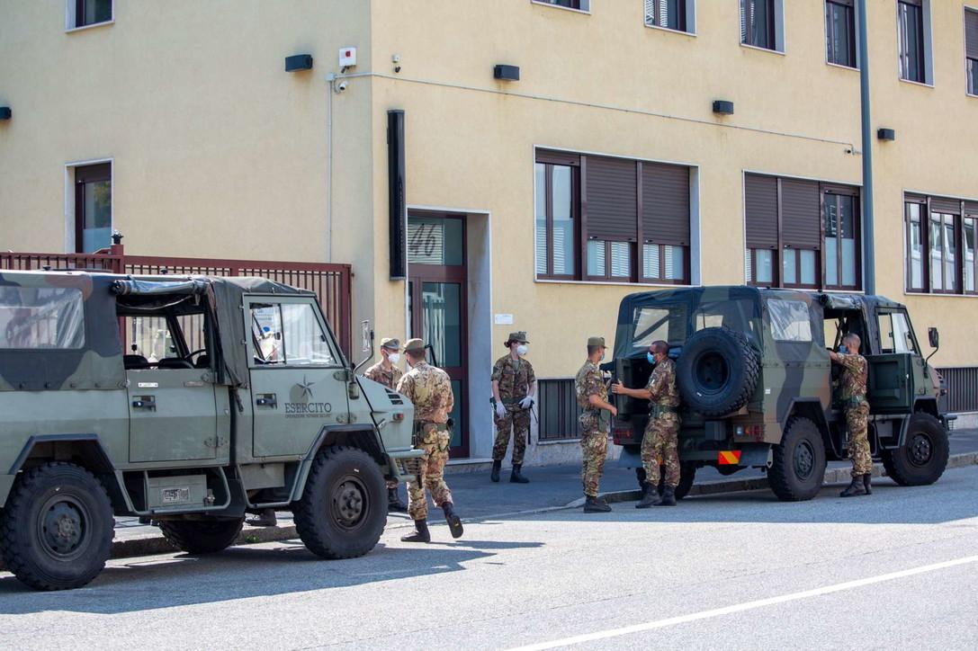 Coronavirus, migrante positivo a Milano: l'esercito presidia centro di accoglienza