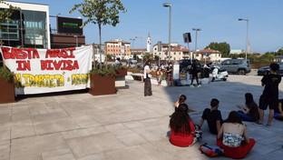 """Vicenza, manifestazione dei centri sociali: """"solidarietà"""" al cubano preso al collo da un agente"""