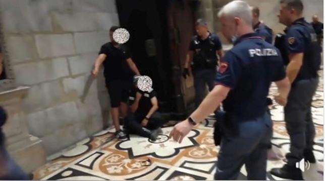 Milano, paura in Duomo: vigilante preso in ostaggio, arrestato un uomo armato di coltello