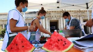Ferragosto solidale a Milano: contro l'afa distribuite angurie e acqua ai senzatetto