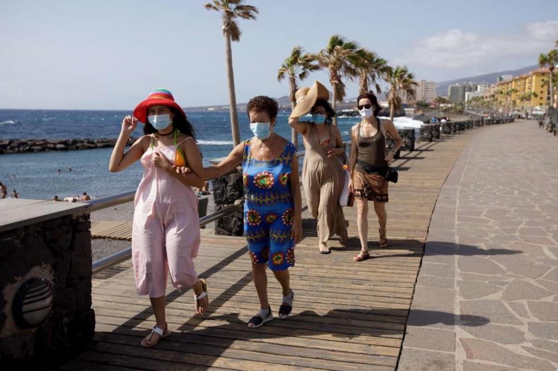 Coronavirus in Spagna, alle Canarie turisti in spiaggia con la mascherina