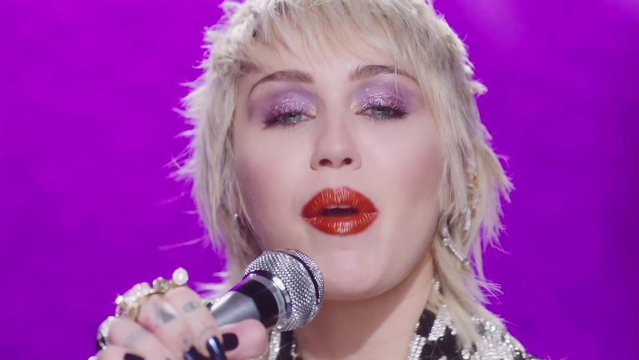"""Miley Cyrus, nudità e trasparenze nel video di """"Midnight Sky"""""""
