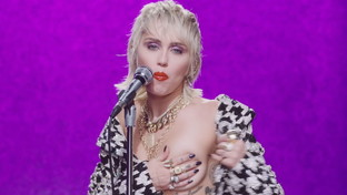 "Miley Cyrus, nudità e trasparenze nel video di ""Midnight Sky"""