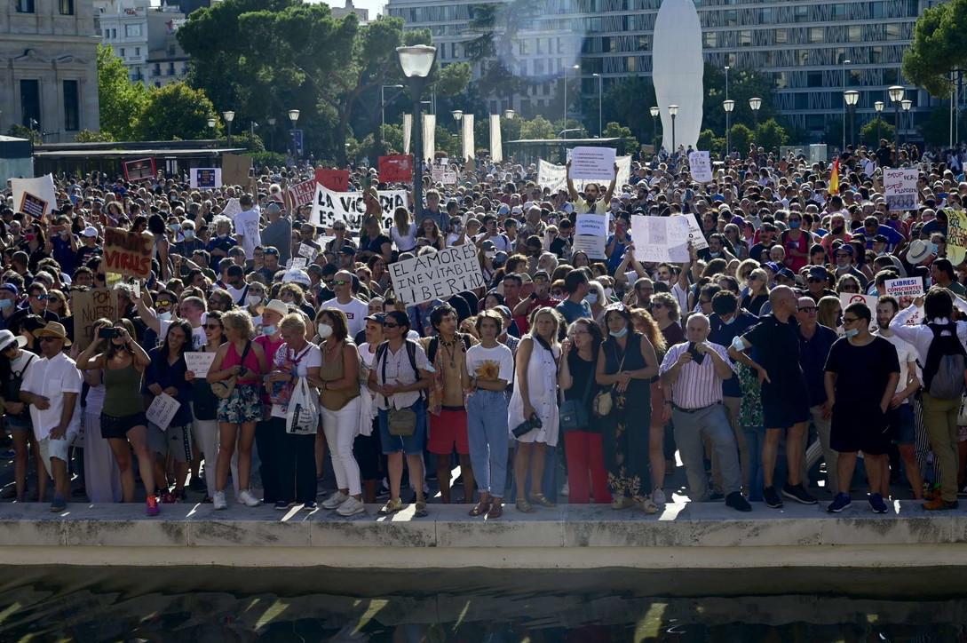 Coronavirus, centinaia in piazza a Madrid contro l'uso della mascherina