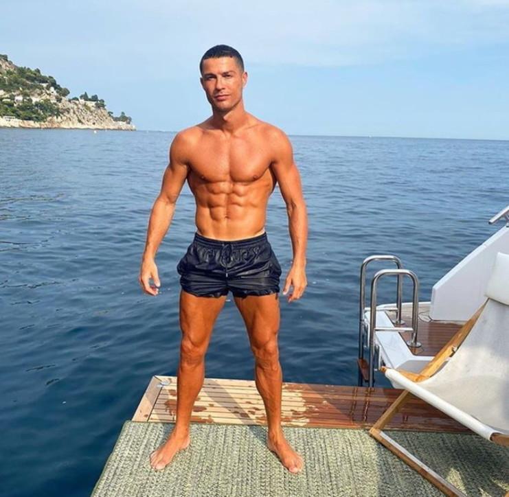 Paletta e secchiello, ecco Ronaldo in spiaggia con la famiglia - Tgcom24
