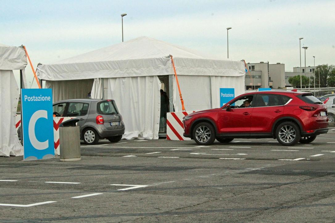 Coronavirus, a Fiumicino inaugurato il più grande drive-in d'Italia per eseguire i tamponi