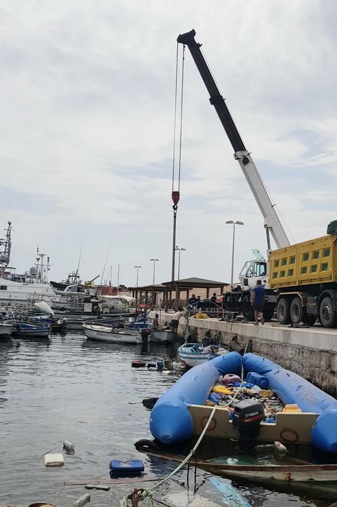 Lampedusa, al porto la demolizione di 160 barchini utilizzati dai migranti
