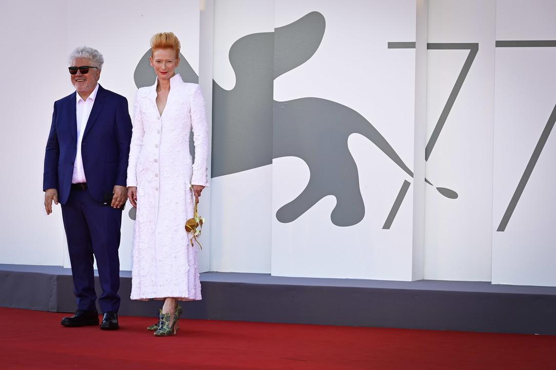 """""""Venezia 77"""", Tilda Swinton incanta il Lido"""