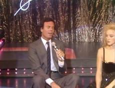 Buon compleanno Julio Iglesias: rivediamolo cantare per Eleonora Giorgi