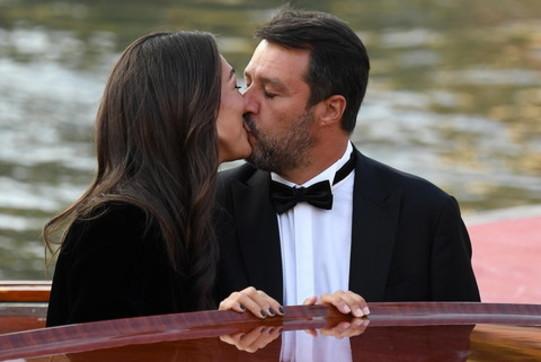 Venezia 77, sbarco al bacio per Matteo Salvini e Francesca Verdini - Foto  Tgcom24