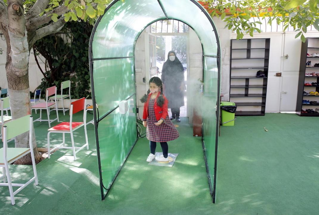 La scuola ai tempi del coronavirus: primo giorno tra i banchi per gli studenti di Hanoi e Teheran